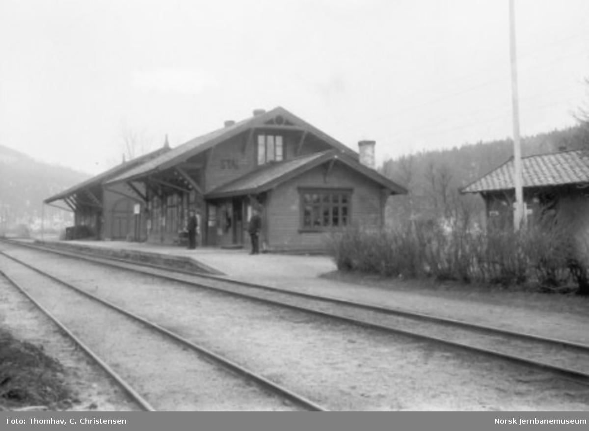 Stai stasjon med stasjonsmesteren og telegrafisten på plattformen