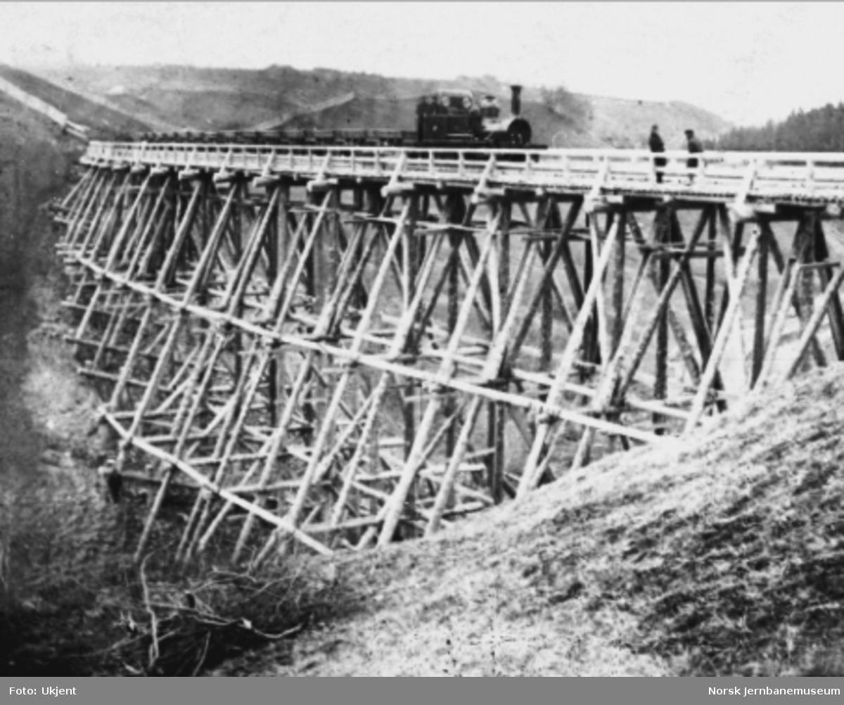 Damplokomotiv med grusvogner på Oxstadøi (Romuldslien) viadukt