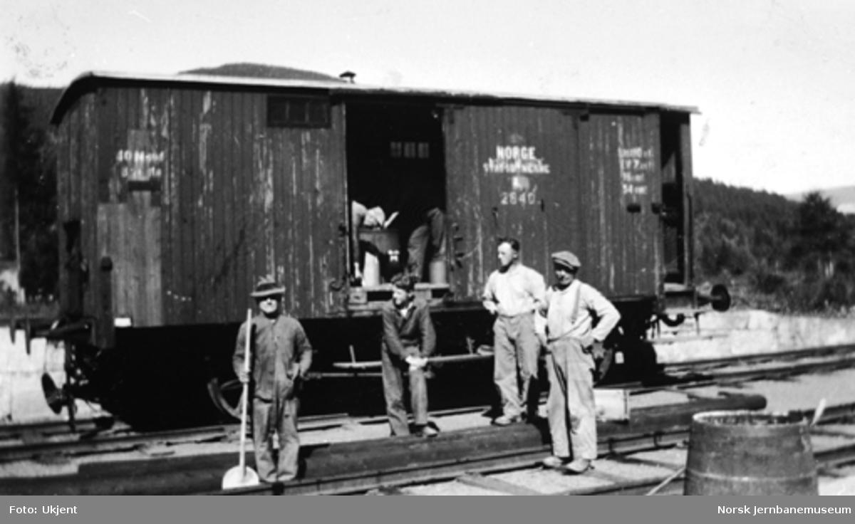Fire banearbeidere foran godsvogn litra Gf nr. 2640