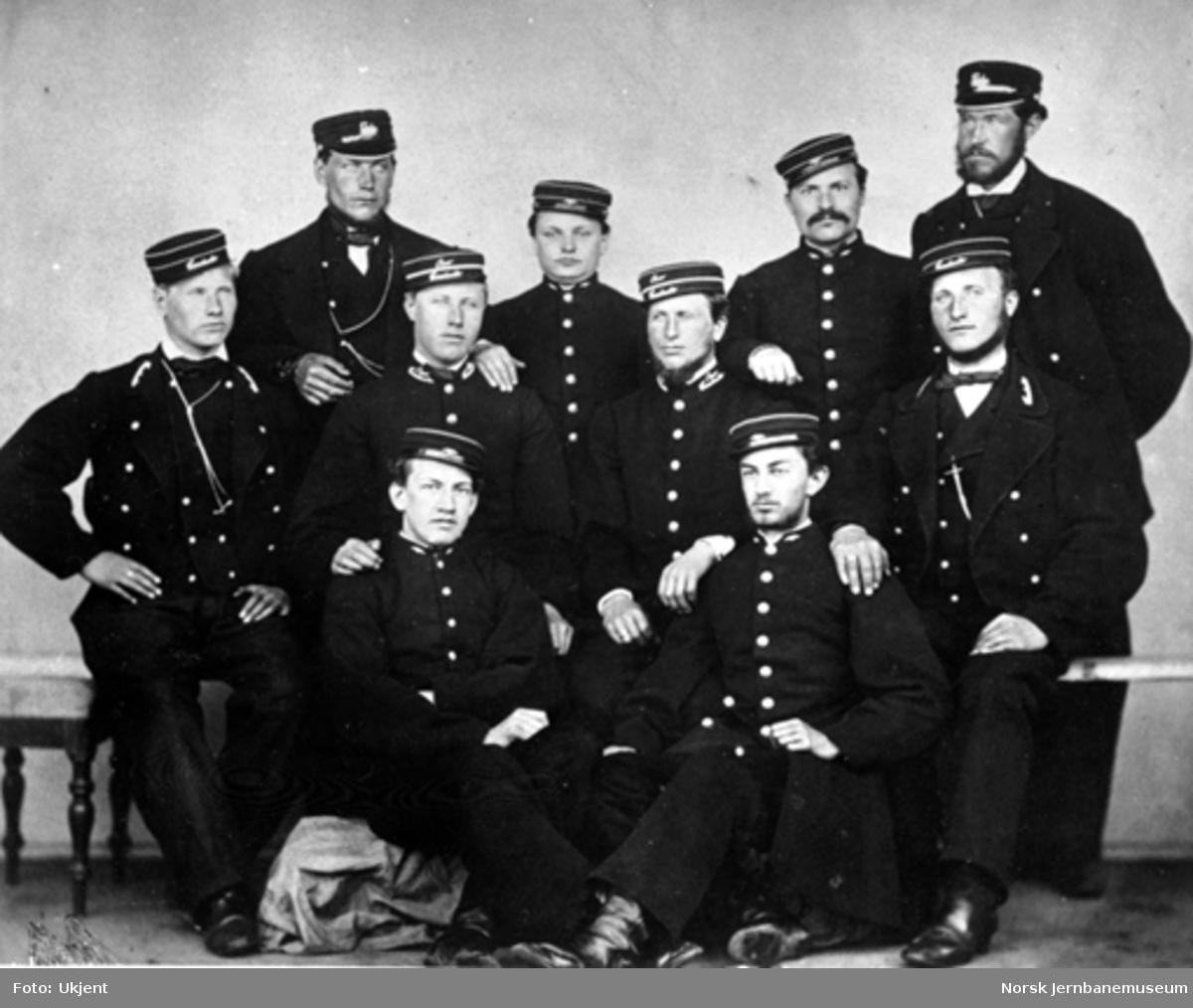 Gruppebilde av Størenbanens første konduktører og lokomotivførere
