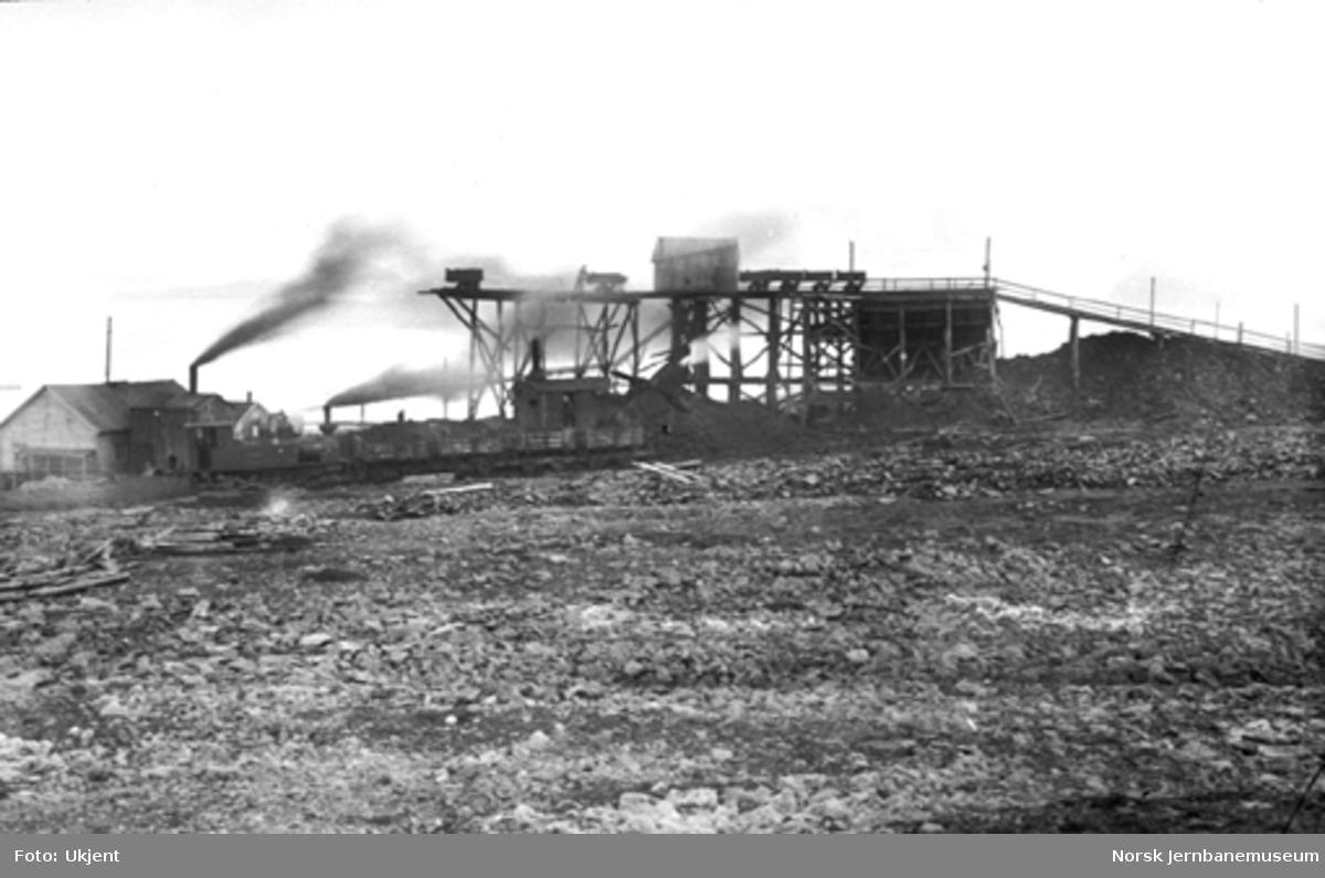 Kaianlegget i Ny Ålesund med damplokomotiv og kulltog, Agnes gruve