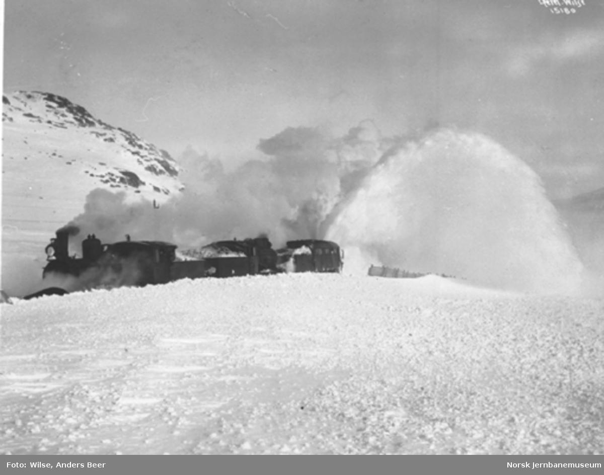 Snøblokade; snøryddingstog med to damplokomotiver og roterende plog