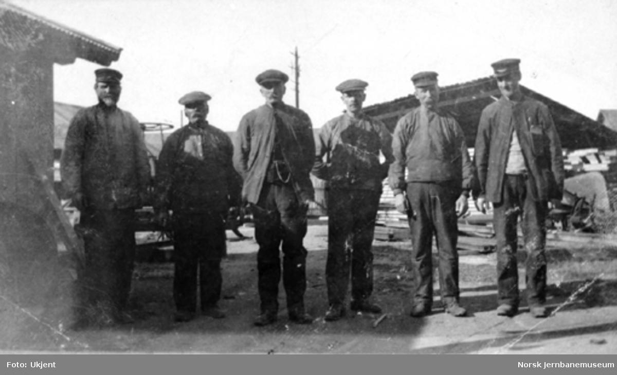 Gruppebilde med seks håndverkere på Lopholmen, Hamar