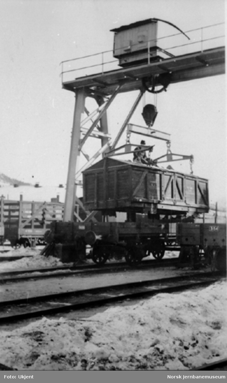 Lasting av løftekasse for kalk på Drammen stasjon, vogn N 9606