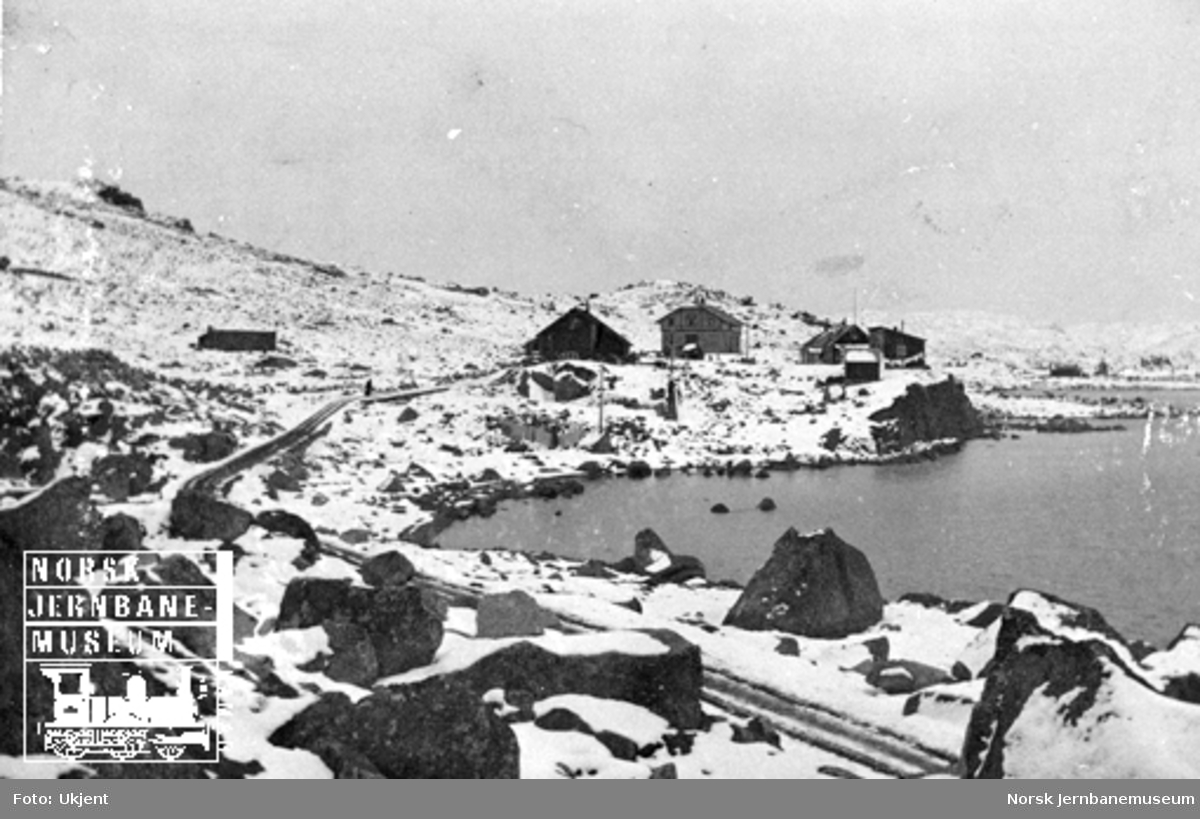 Parti fra Finse med anleggsveien og den første snøen