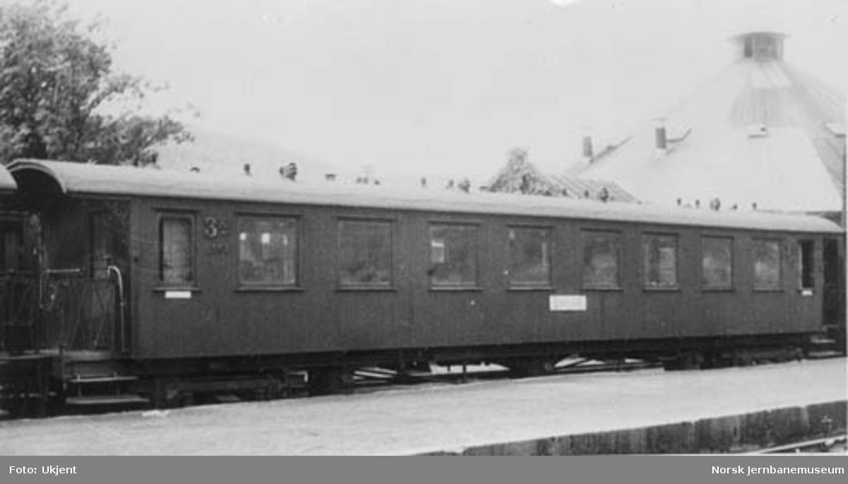 "Smalsporet personvogn fra Vestfoldbanen litra Co nr. 2607, skiltet ""Larvik"""