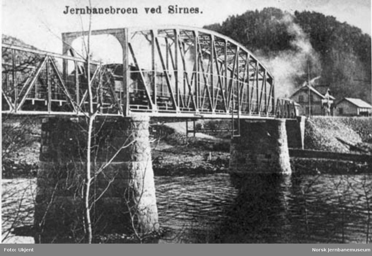 Jernbanebrua over Siråa ved Sirnes stasjon med stasjonen i bakgrunnen