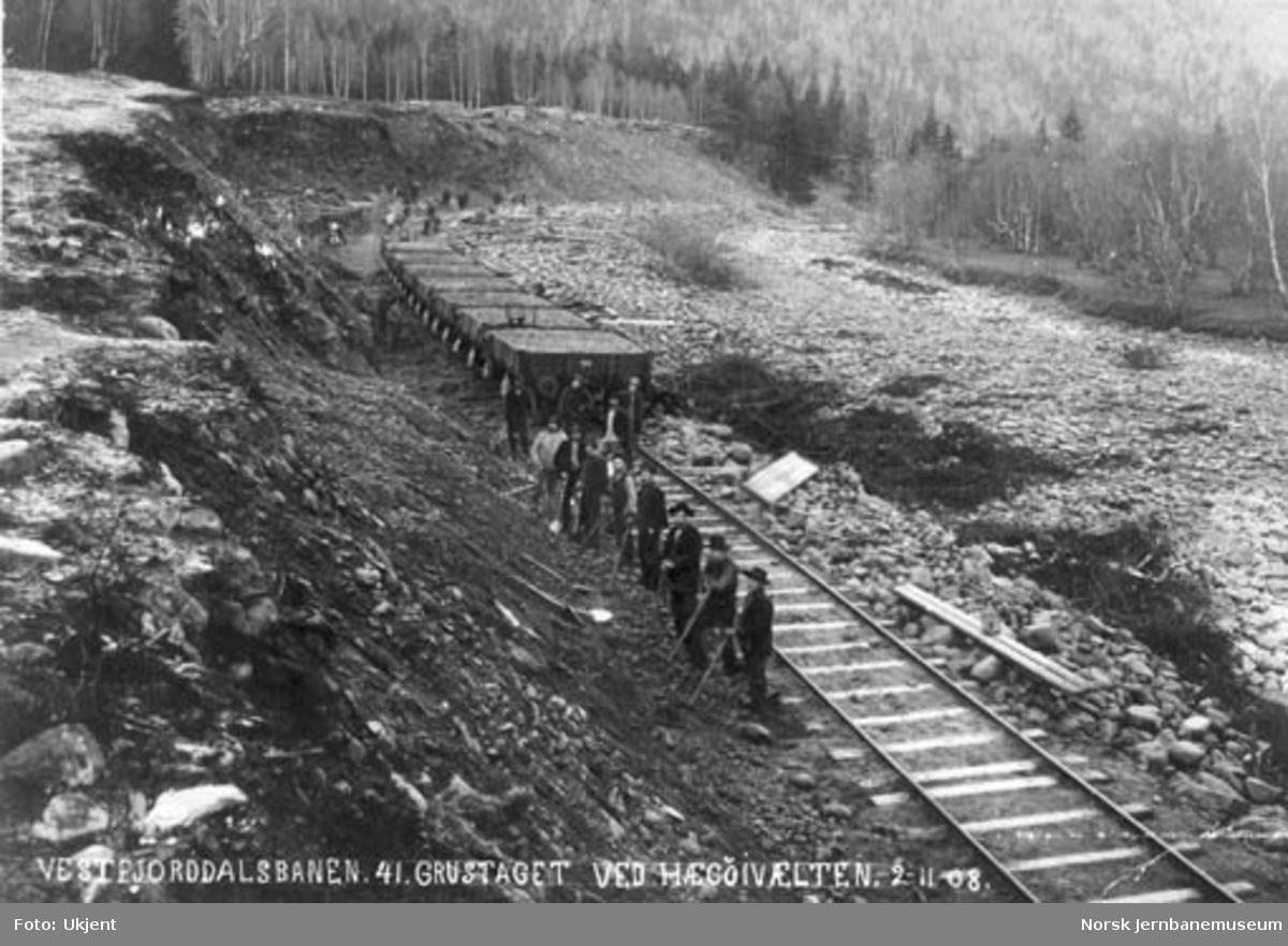 Vestfjorddalsbanens grustak ved Hægøivælten med oppfylte grusvogner