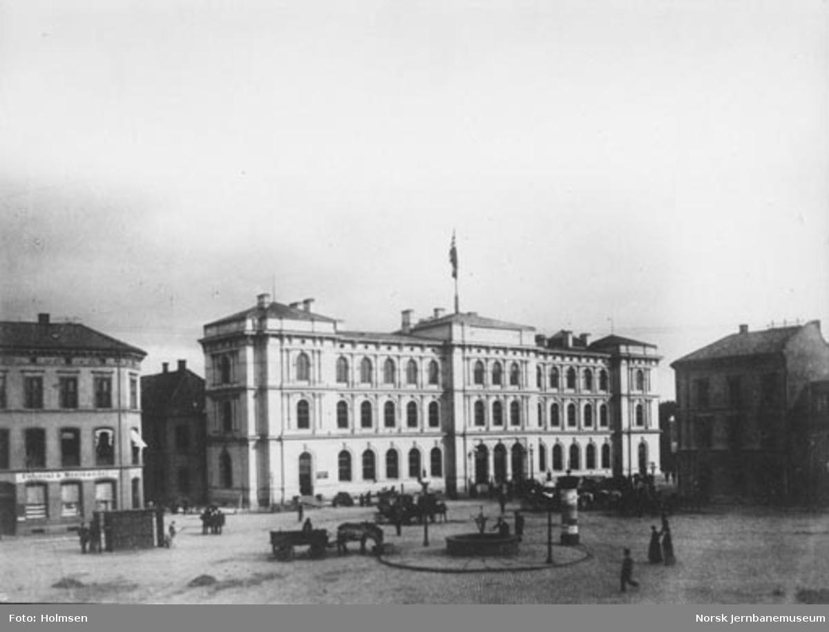 Jernbanetorget med fasaden på Østbanestasjonen