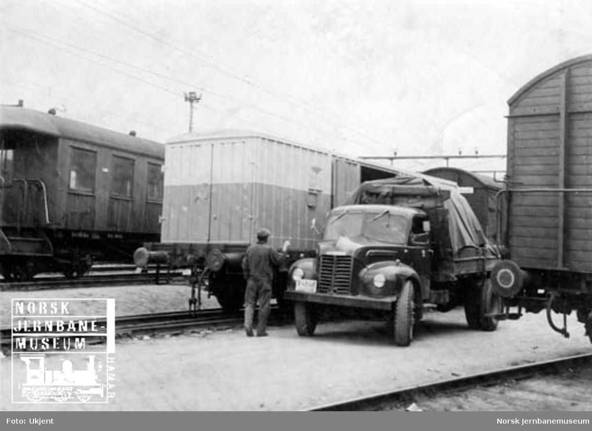 Lessing av stykkgods i containere, trolig på Filipstad