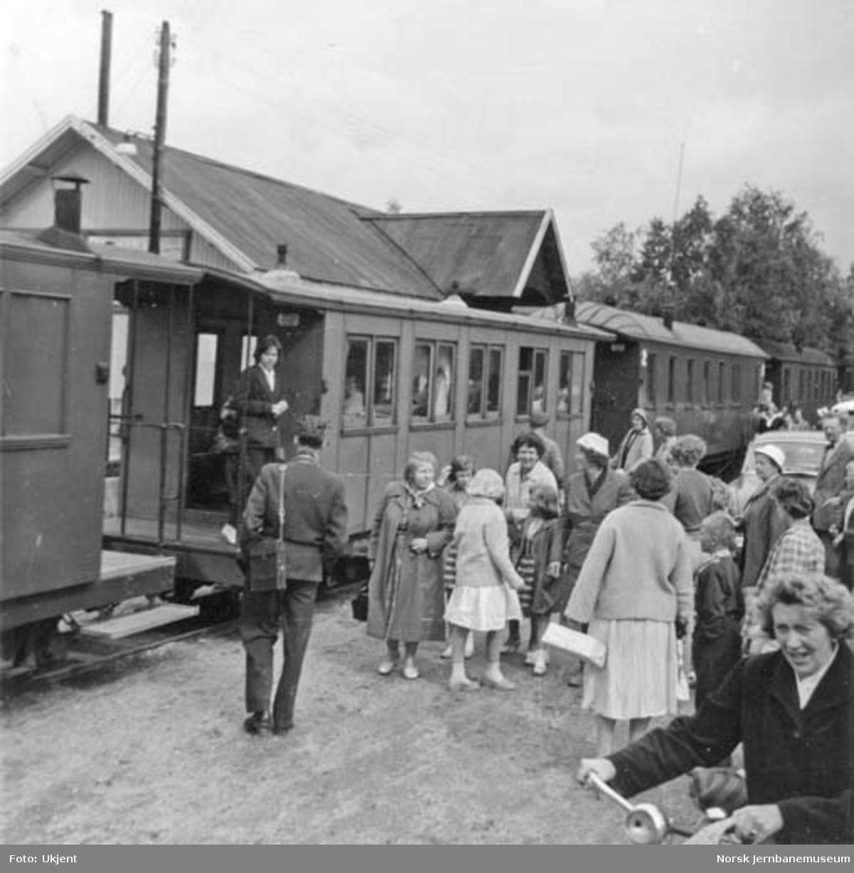 Reisende foran persontoget på Bjørkelangen stasjon