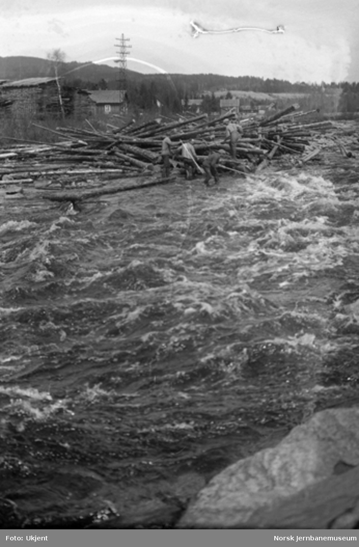 Tømmerklase i Brumund elv, ett og ett halvt døgn etter dambruddet og 2-3 kilometer ovenfor jernbanebrua