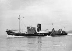 """Hvalbåten FL/K """"Suderøy"""" i åpent farvann.  Deler av mannskap"""
