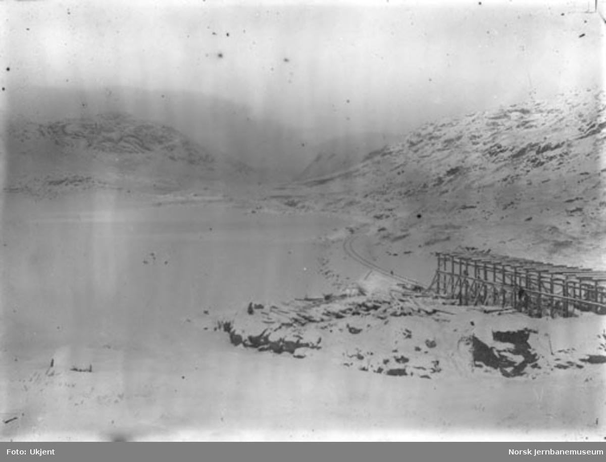 Linjeparti langs Bergensbanen vinterstid med snøoverbygg under oppføring