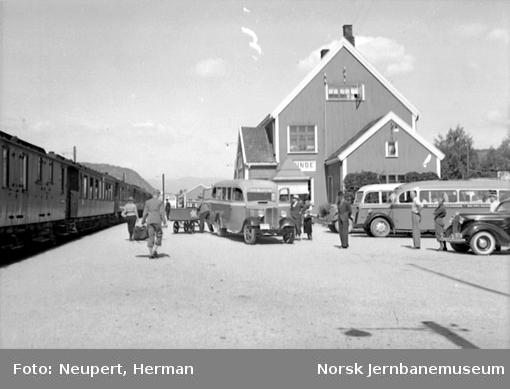 Lunde stasjon med persontog og busser