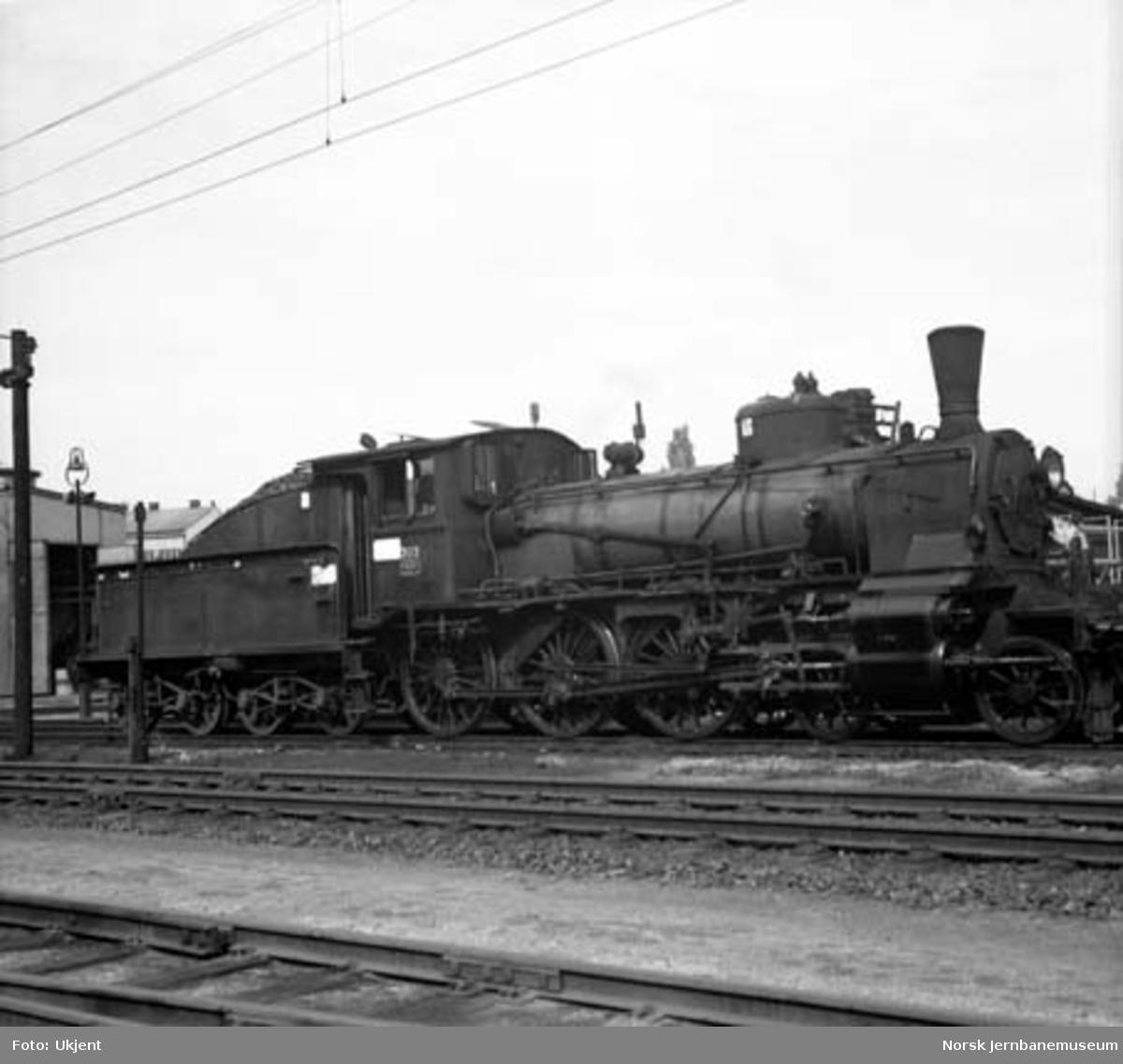 Damplokomotiv type 27a nr. 303 på Hamar stasjon