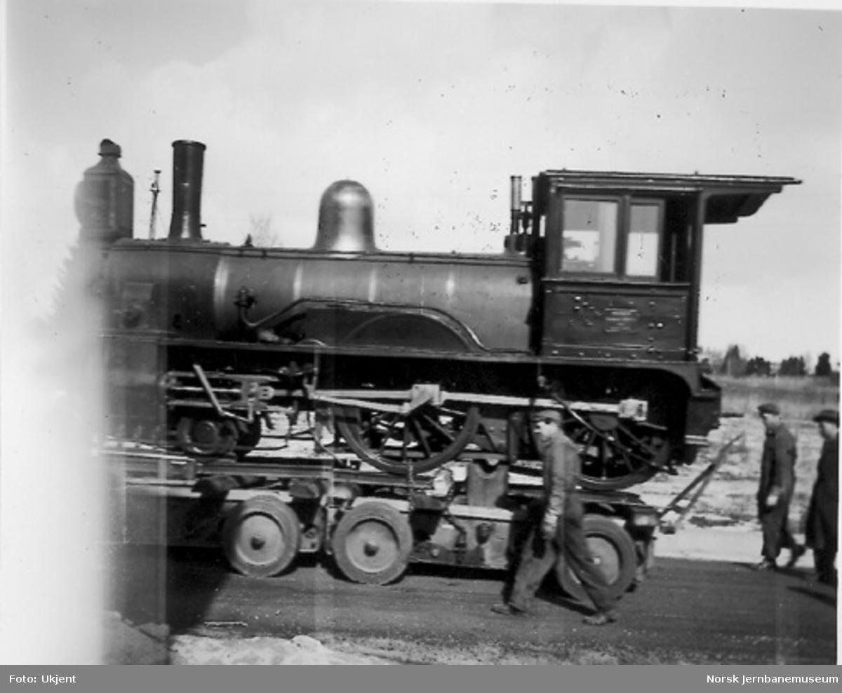 Nytt museum på Martodden : Flekkefjordbanens damplokomotiv nr. 7 under transport bak lastebil