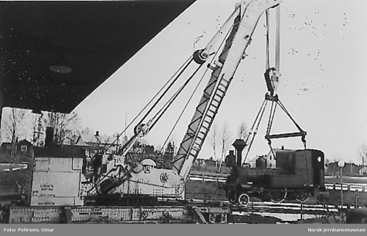 "Nytt museum på Martodden : Damplokomotivet ""Alf"" heises av NSBs dampdrevne katastrofekran"