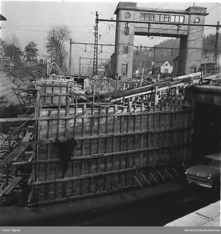 Bygging av ny bru i Sandvika, forskaling til brukar øst