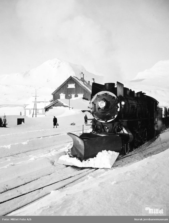Vinterhverdag på Finse : damplokomotiv type 31a