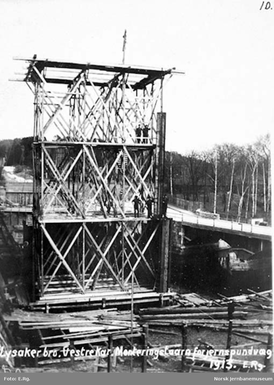 Drammenbanens omlegging : Lysakerelva bru, monteringstårn med jernspuntvegg ved vestre brukar