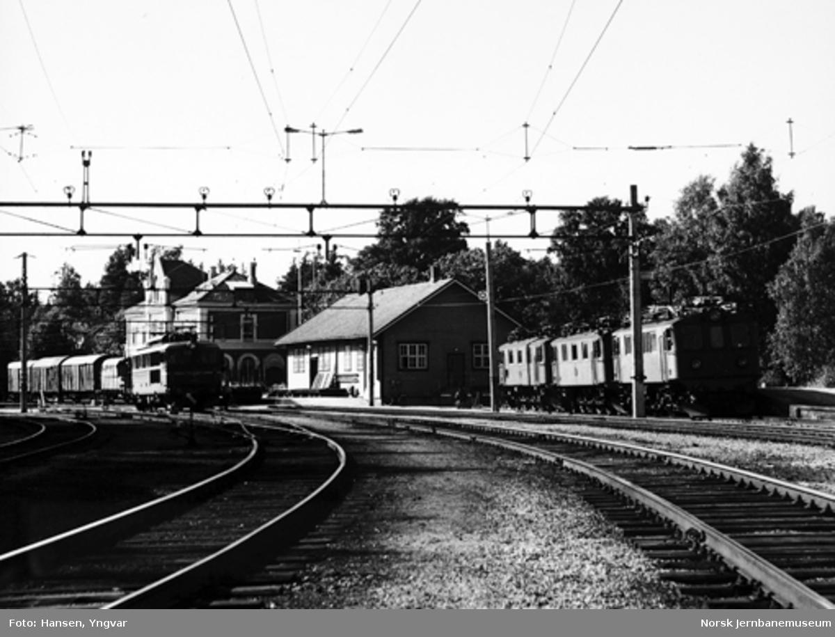 Kornsjø stasjon, hvor et elektrisk lokomotiv type El 14 skifter sammen dagens siste godstog mot Oslo