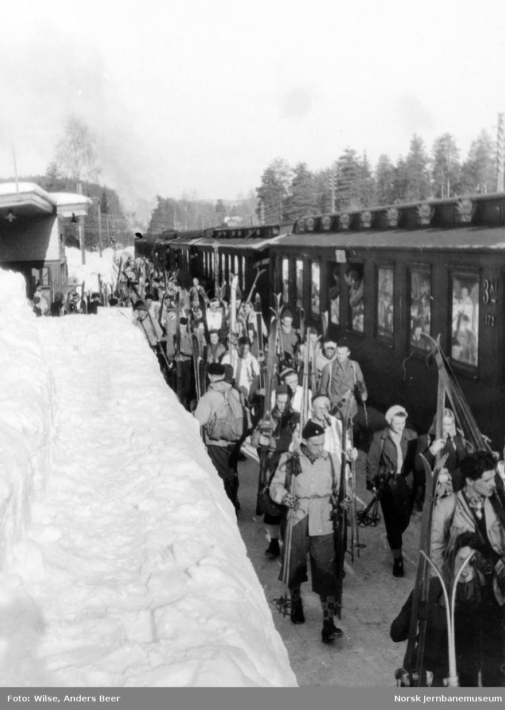 Persontog ankommet Stryken stasjon med skiturister