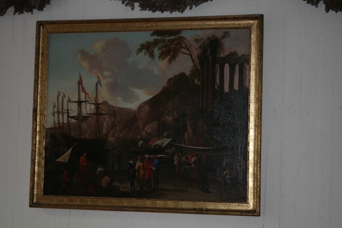 """Havn med skip, mennesker på havna. Figurgruppe med fire personer sentralt i forgrunnen. Antikk ruin med korintiske søyler.  """"De joniske øer"""". Skip med hollandsk flagg."""