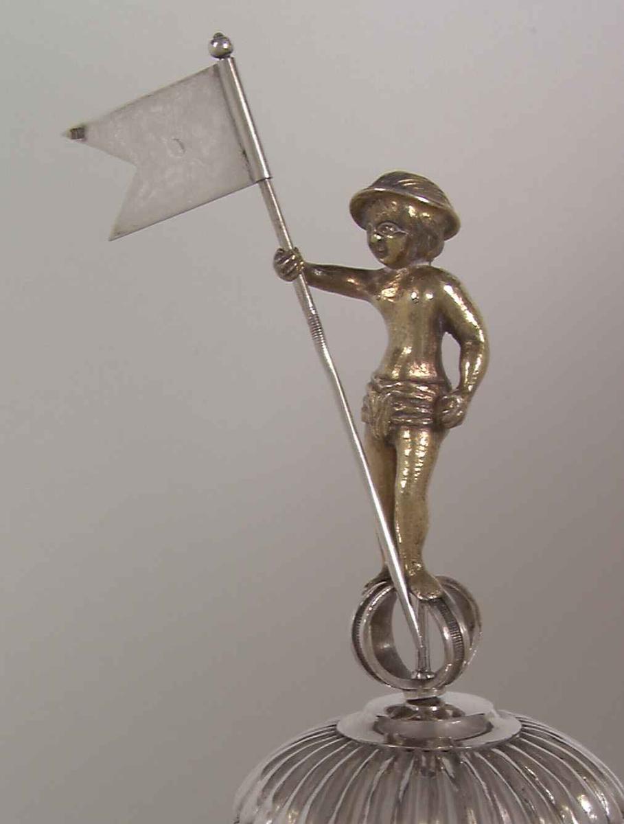 Laugspokal i sølv med 10 løse vedheng merket med svennenes navn. Ett merket:  H. Thoresen Lært hos Skræder Bodin blev svend den 23. Junii 1821.