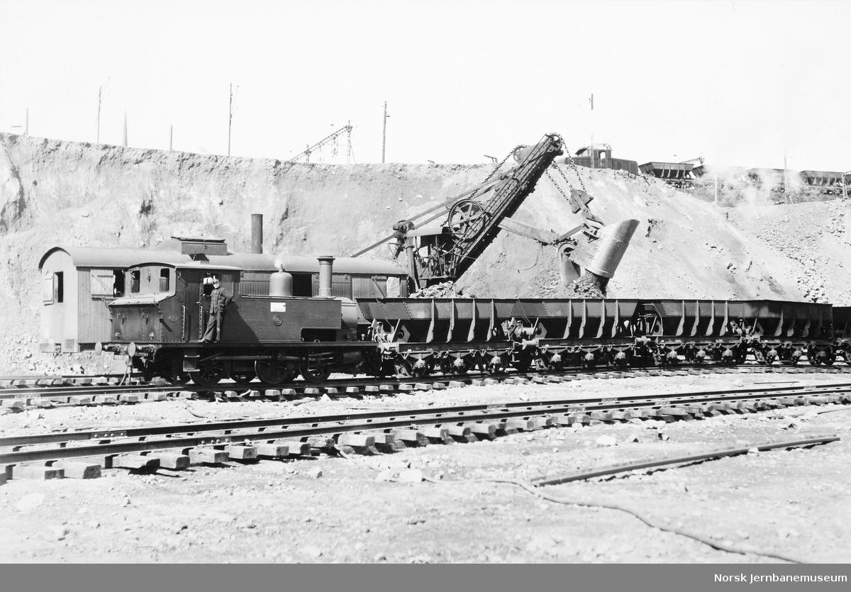 LKABs damplokomotiv nr. 16 med malmvogner ved opplasting av malm fra opplag