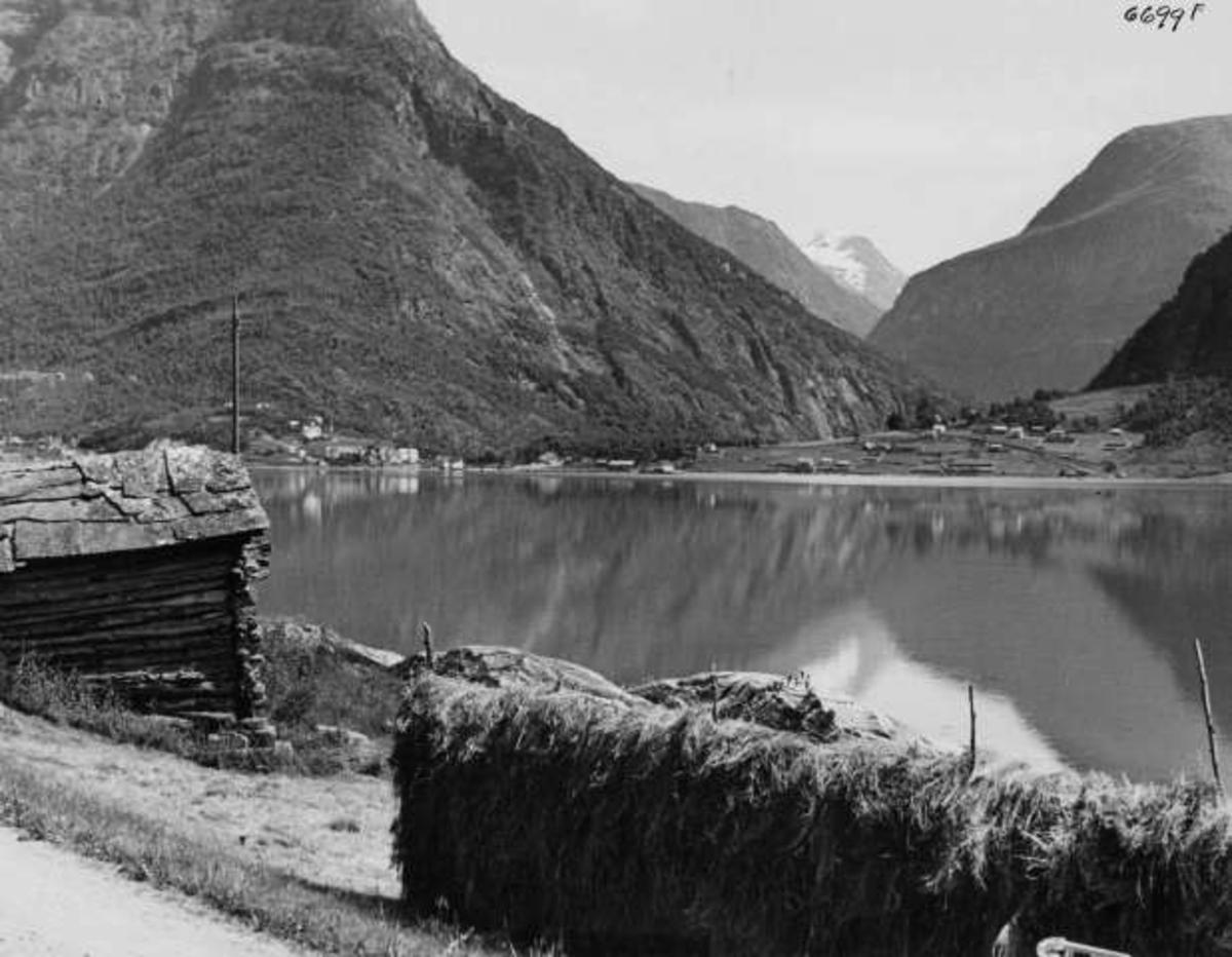 I horisonten ser man bygda Skjolden med fjellet Fanaråken i bakgrunnen.