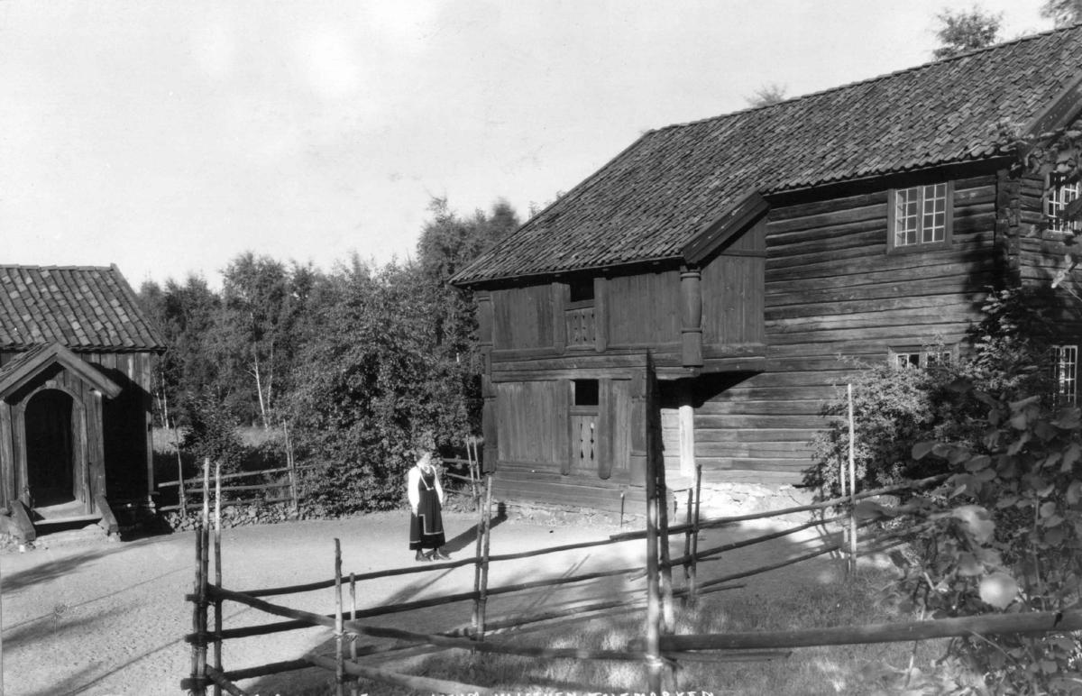 "Stue fra Nordre Yli, Heddal og stue fra Akkerhaugen, Sauherad (""Cappelenstua""). Fotografert i Telemarkstunet på Norsk folkemuseum, 1925."