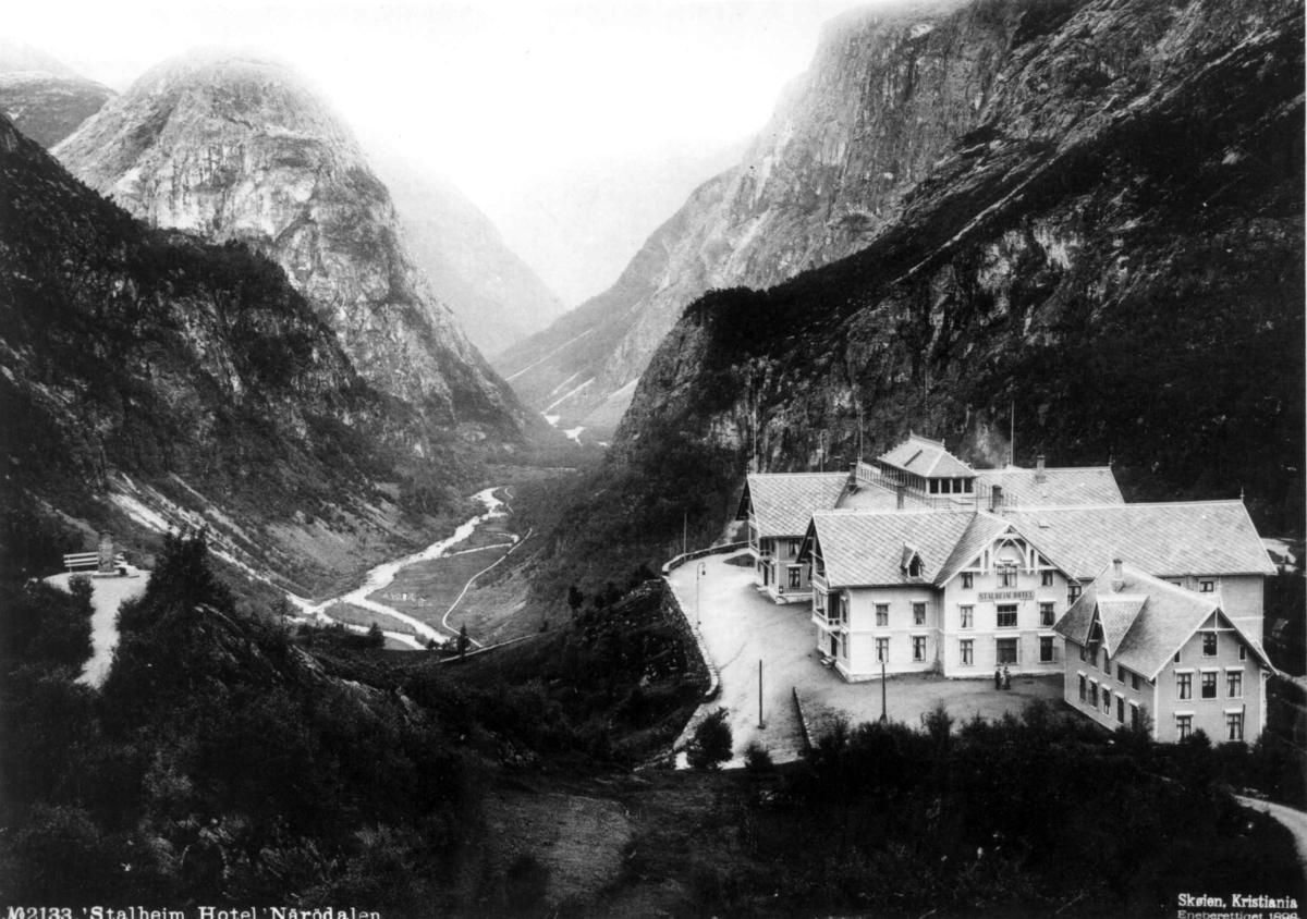 Stalheim hotel, Voss, Hordaland med utsyn utover Nærøydalen med Jordalsnuten.