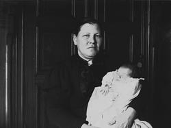 Kvinne med lite barn, jordmor Madame Thorstensen med lillebr