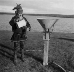 Elias Øvergård står ved siden av et måleinstrument for målin