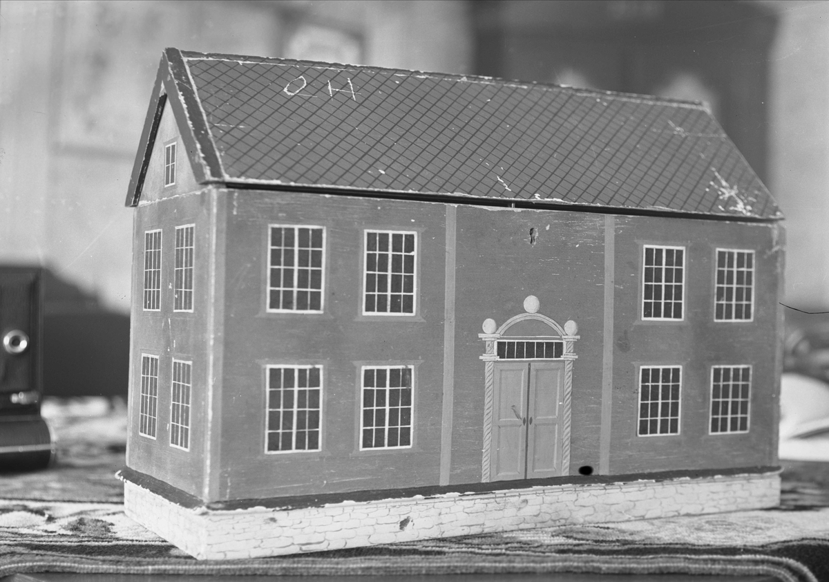 Verktøyskrin i form av en stuebygning, Jamtsætra, Lønset, Oppdal, Sør-Trøndelag. Skrinet har tilhørt Sjur Jamtseter. Fra album. Fotografert 1939.