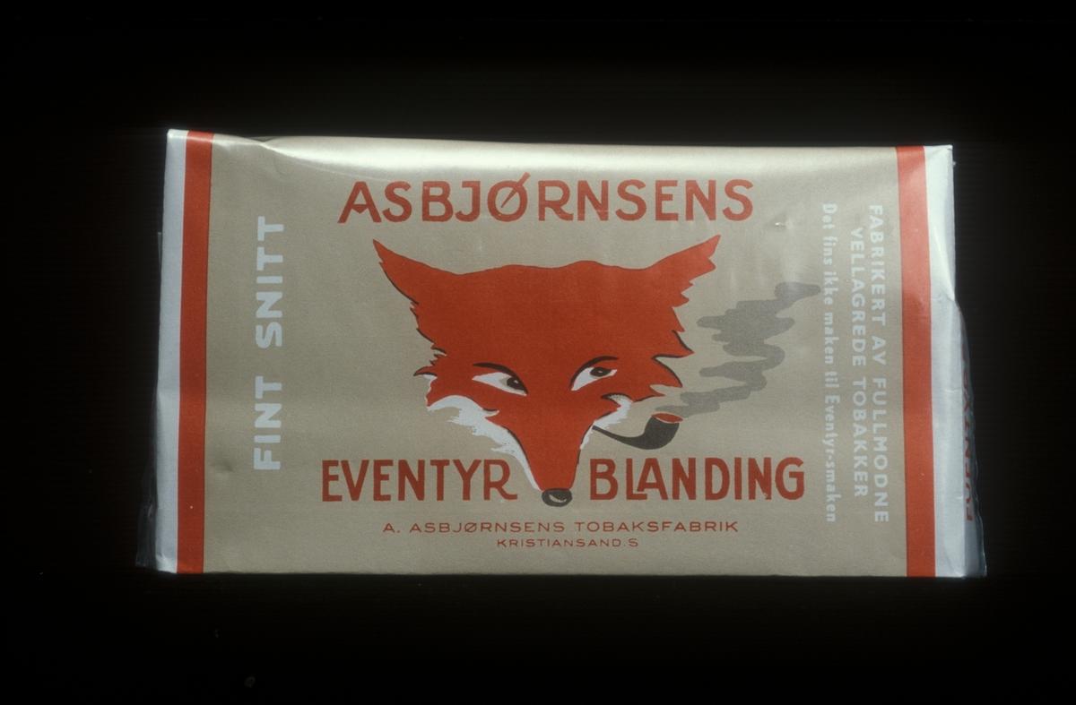 Reklamefoto av Asbjørnsens Eventyrblanding tobakk. Fra foredrag om Tiedemanns markedspartnerstrategi 1985.