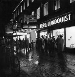 Göteborgs centrum kvällstid. Människor tittar i varuhuset Fe
