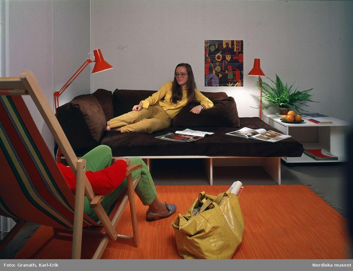 """Vardagsrum. """"""""Spika-säng"""" med överkast och kuddar av brun ..."""