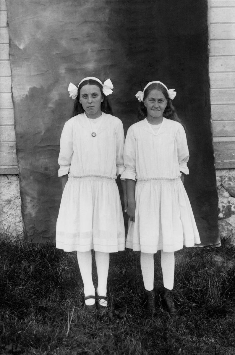 """""""Lilly och Rut."""" Två flickor i likadana klänningar. Lima socken, Dalarna."""