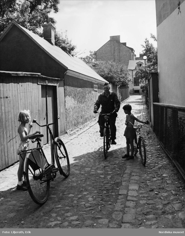 Äldre och yngre cyklister på Källargatans kullerstensbacke