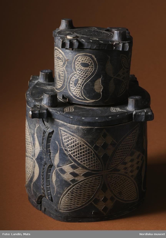 Folkkonst. Svepask från Värmland med utskuret mönster på mörk yta. Nordiska museets föremål.