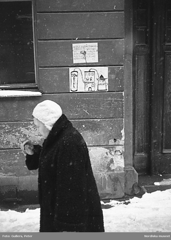 Kvinna på snöig gata, Stockholm