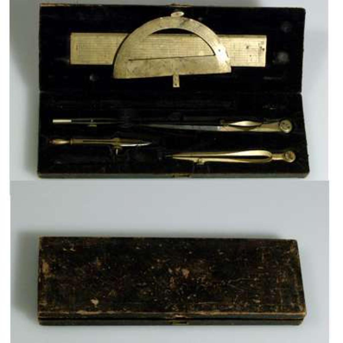 Instrument av mässing med stålspetsar. Tillhörande svart läderetui, se UM14366b.