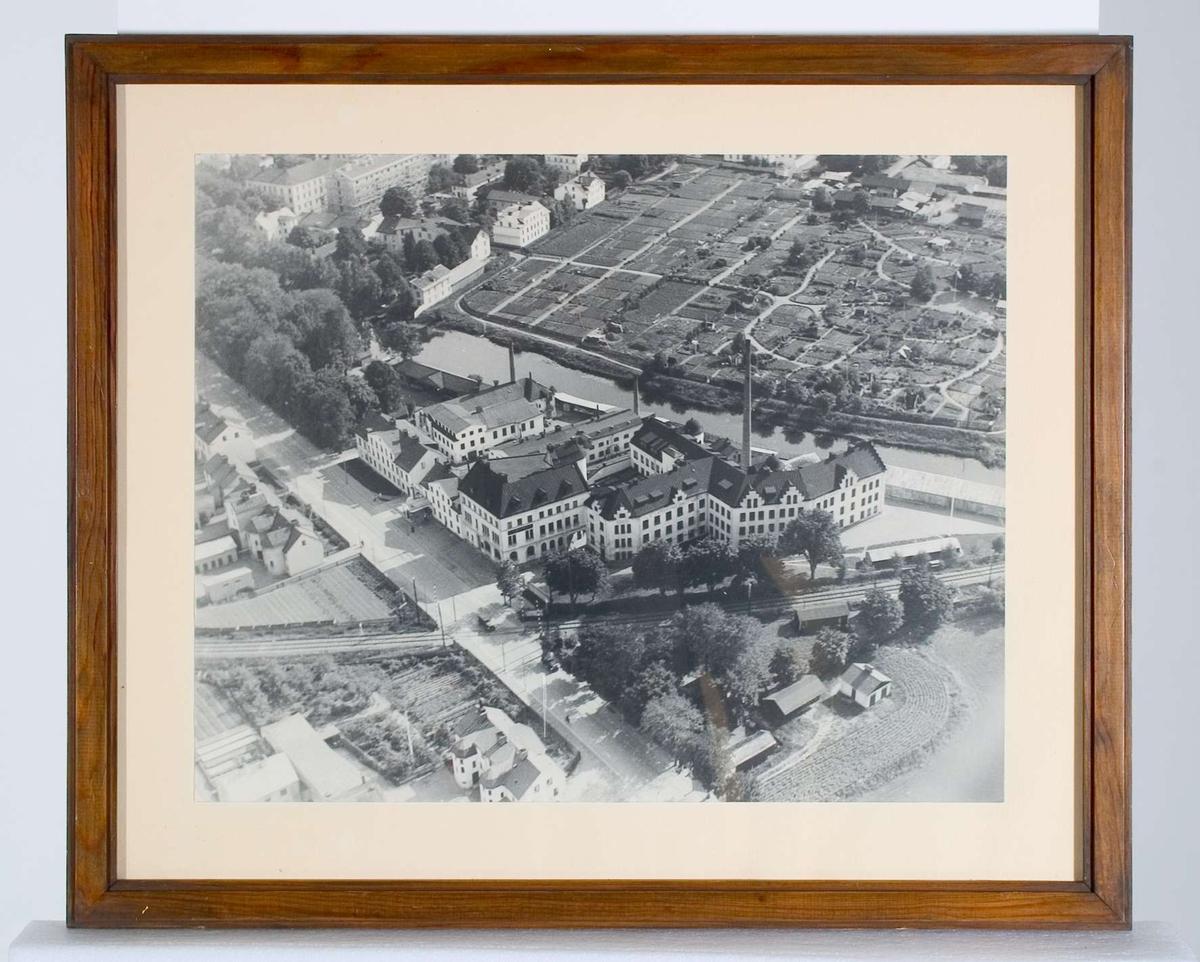 Flygfotografi över AB L E Larsson & Co, även benämnt Hästens skofabrik, Uppsaa.