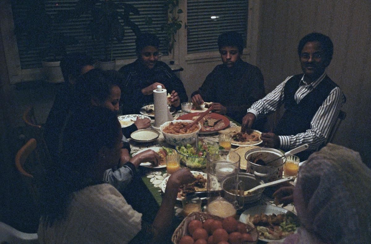Söndagmiddag hemma hos familjen Tesfai, kvarteret Bellman, Löten, Uppsala 1992