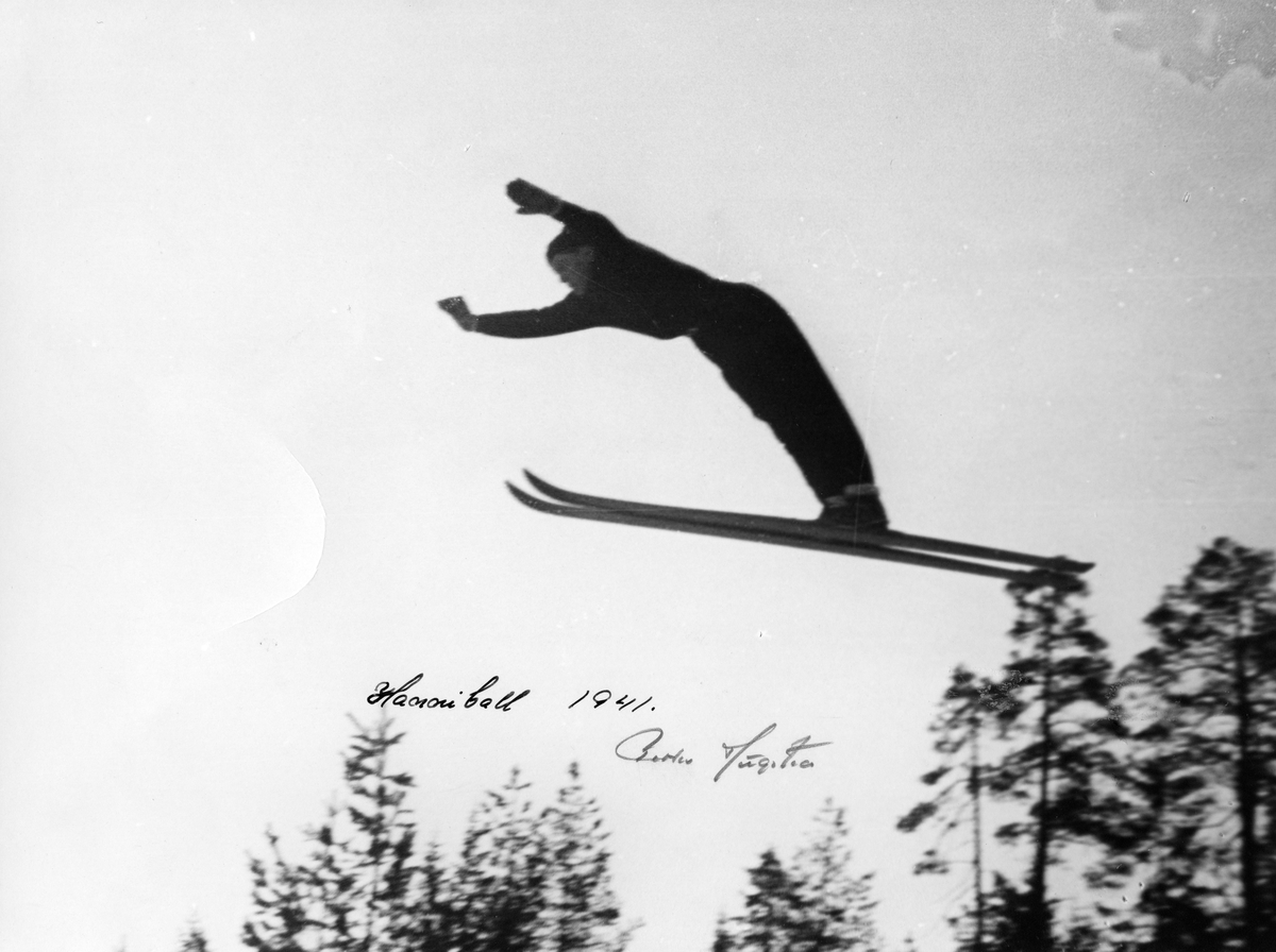 Petter Hugsted hopper i Hannibalbakken 1941. Petter Hugsted in the air at the Hannibalbakken jumping hill in 1941.