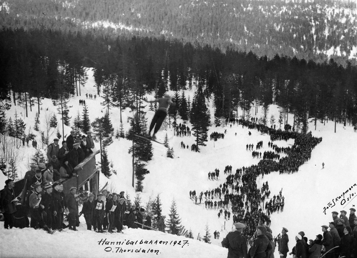 Hopprenn i Hannibalbakken 1927. Ove Thorsdalen i svevet. Jumping competition at the Hannibal jumping hill 1927.
