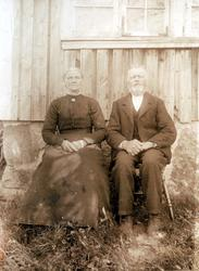 Portrett av Torborg Skogen og John Høyland utenfor stua.