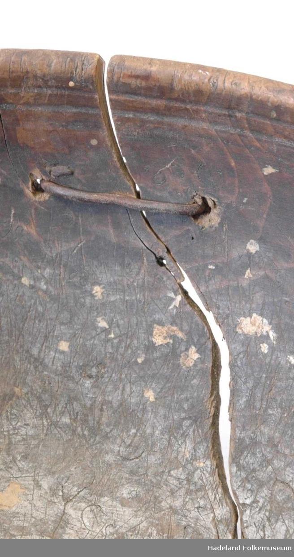 Trebolle med nebb/tut på ene siden og øre/håndtak på den andre siden.